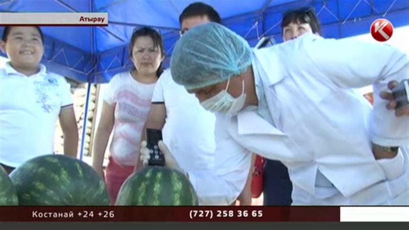 Жителей Атырау пытались накормить опасными арбузами