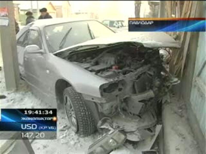 В Павлодаре спортивная иномарка врезалась в частный дом