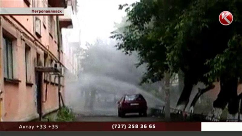 Фонтан из теплотрассы Петропавловска залил квартиры на четвертом этаже