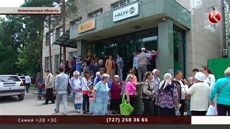 Старики восемь часов простояли у банкоматов в ожидании денег