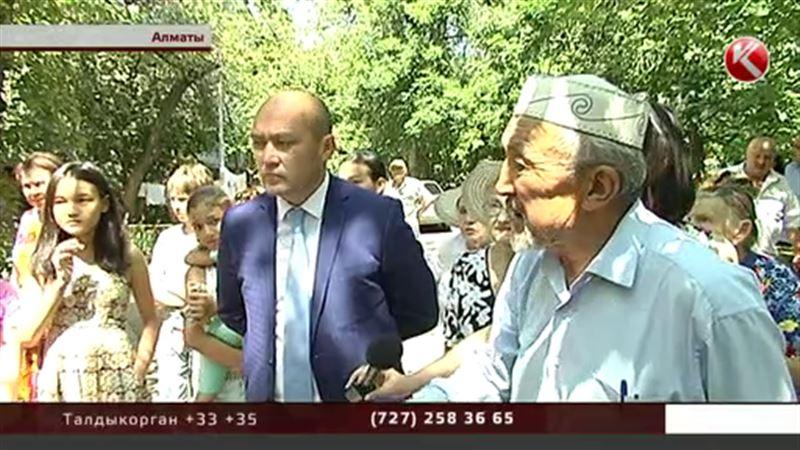 Алматинцы защищают двор, посреди которого вот-вот начнется стройка
