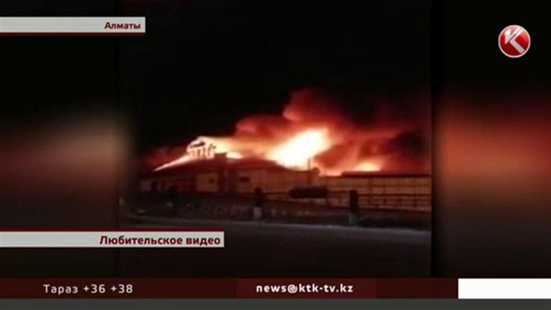 В Алматы крупный пожар уничтожил кафе