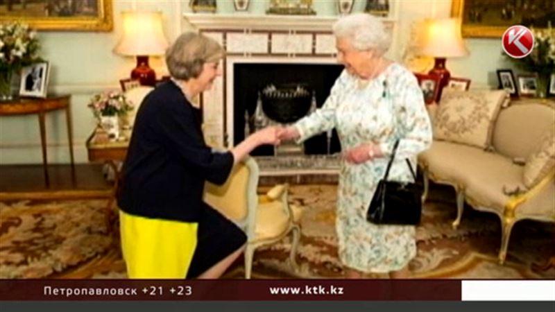 Тереза Мэй поцеловала руку и вступила в должность