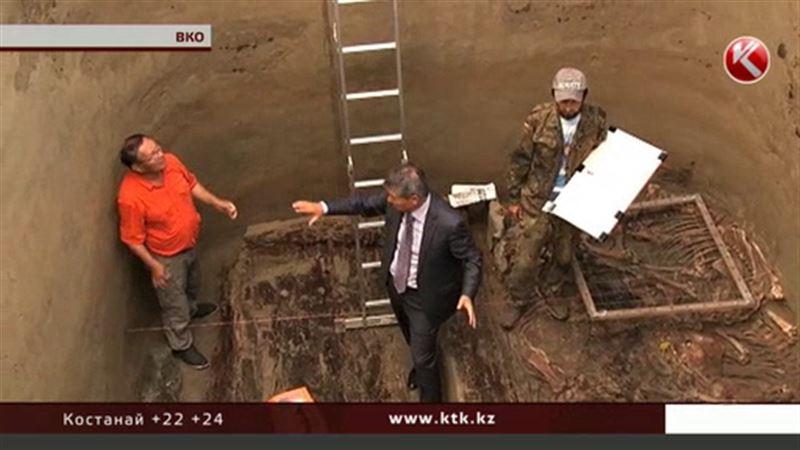 В Долине царей нашли останки человека и коней, покрытых желтым металлом