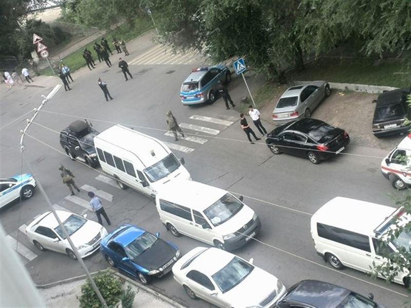 Спецоперация идет сразу в нескольких точках в Алматы. ФОТО