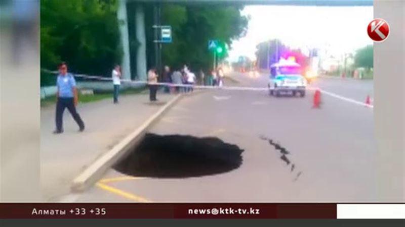 В Караганде провалилась дорога