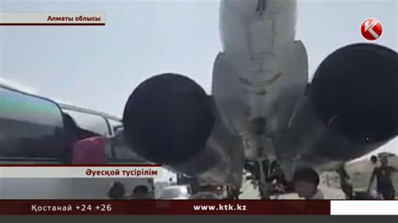 Алматы облысында жолаушылар автобусы бомбалаушы әскери ұшақпен соқтығысты