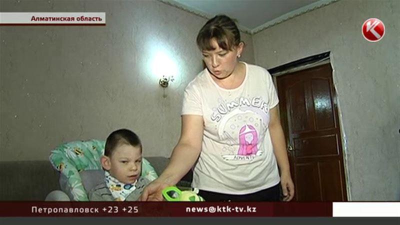 Мама малыша-инвалида продает рисунки сына, чтобы заработать на лечение