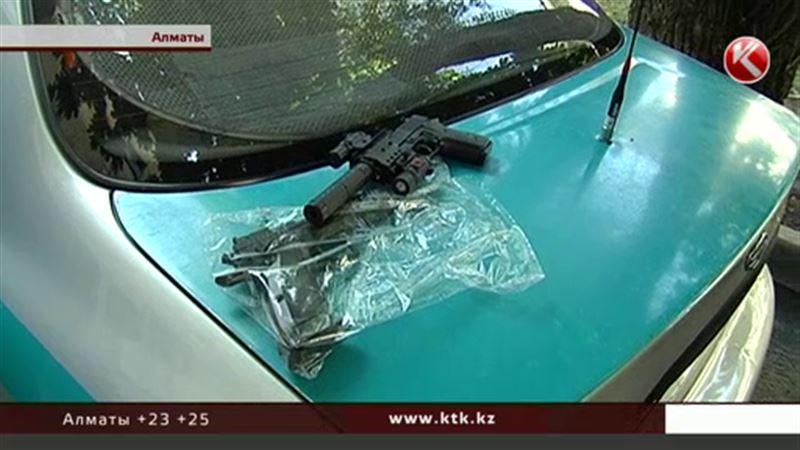 Алматинцам угрожал мужчина с пистолетом