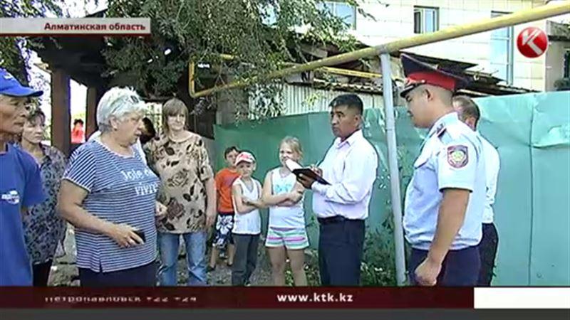 Жители пригорода Алматы перекрыли улицу