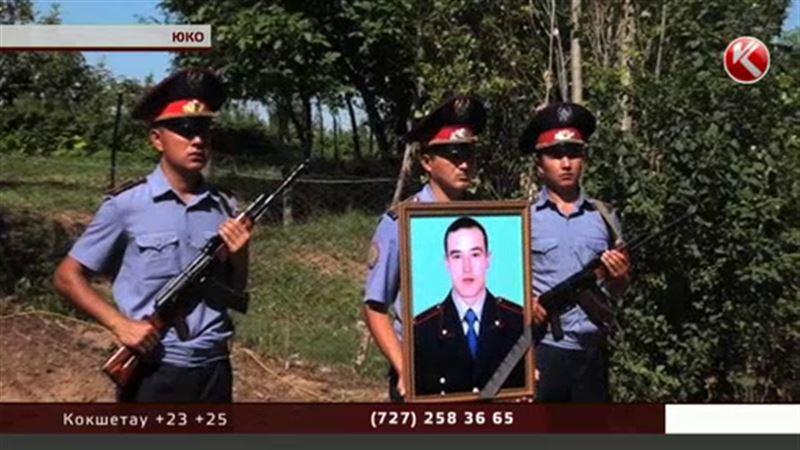 В Южном Казахстане похоронили полицейского, убитого алматинским стрелком