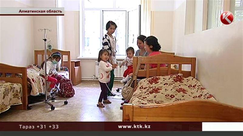 На лечение на дому нет денег, и дети вынуждены месяцами жить в клинике