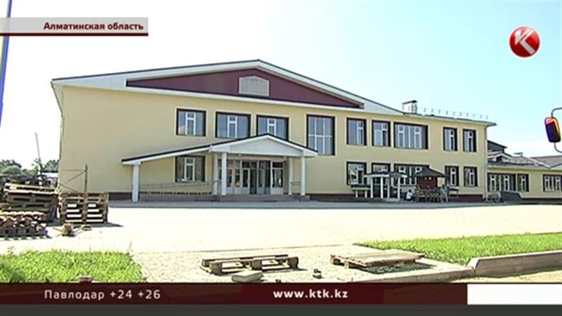Жители поселка под Алматы отказываются от школы, которая может рухнуть