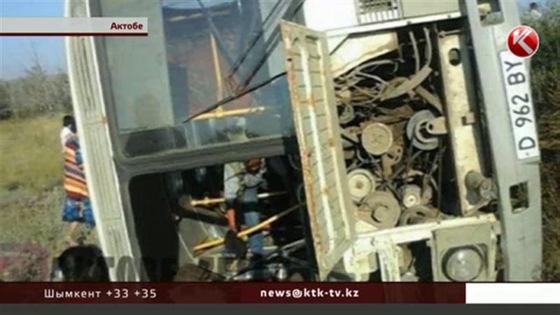 Близ Актобе перевернулся пассажирский автобус