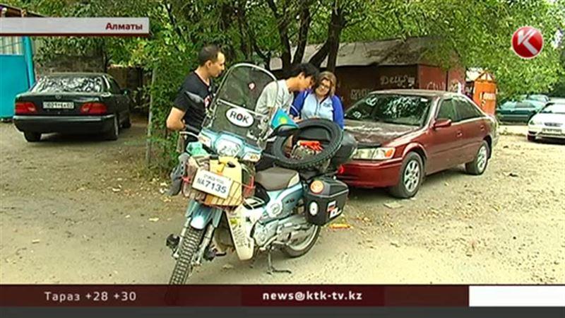 Әлемді мотоциклмен аралап жүрген кәріс жігіті Алматыға келді