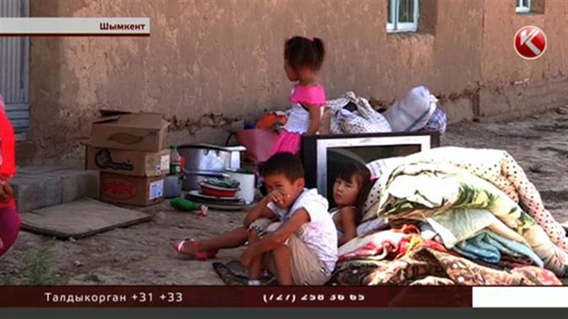 Матери, которая скитается на улице с пятью детьми, обещают помочь