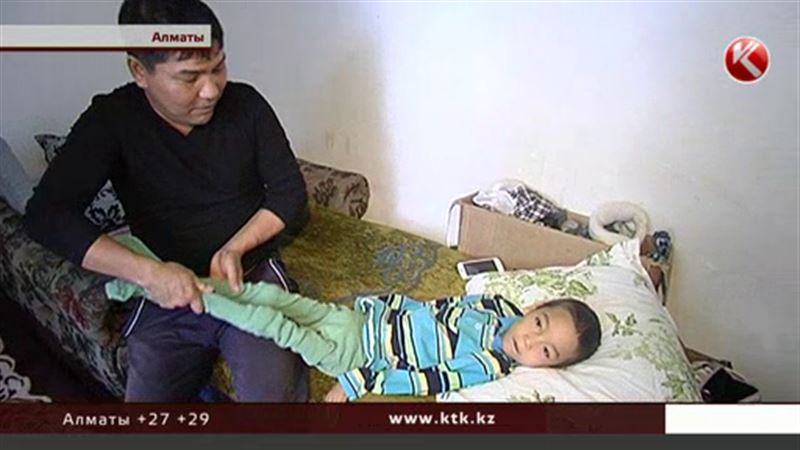 Отец-одиночка пытается поставить на ноги сына с ДЦП