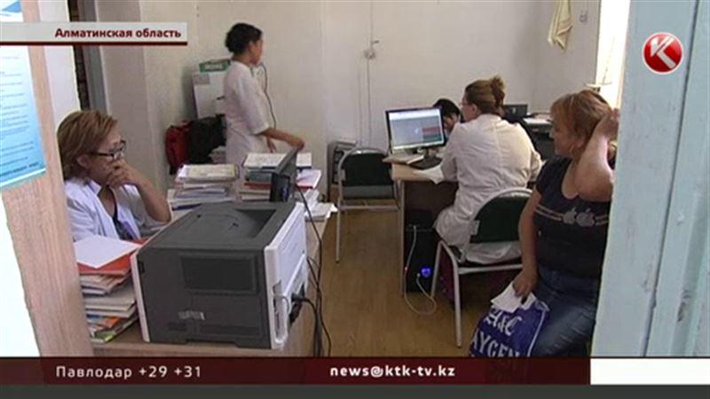 В Алматинской области пациенты ждут капельниц на улице