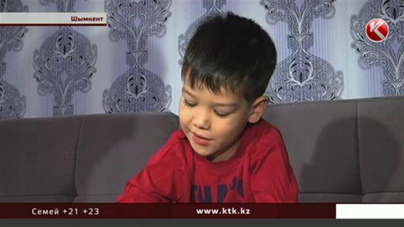 В Шымкенте малыши едва не задушили своего товарища по песочнице