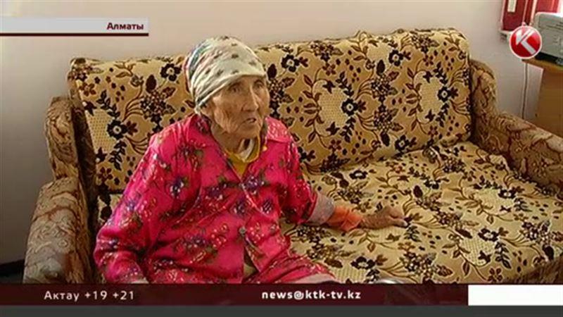 Алматинские врачи не знают, что делать с буйной столетней пациенткой