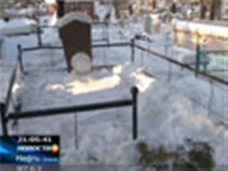 В Семее неизвестные разрушили несколько десятков мусульманских захоронений на городском кладбище