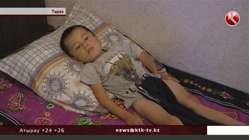 Маленький мальчик страдает от страшных болей и живет с железными прутами