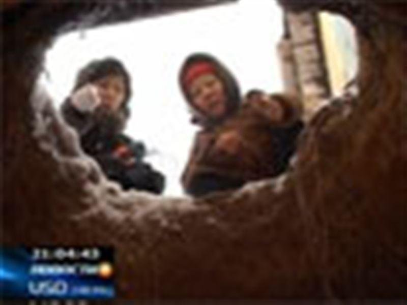 Вблизи населенных пунктов Западного Казахстана стали образовываться глубокие провалы в почве