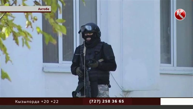 Актюбинский «Нур Отан» окружили спецназовцы и собаки