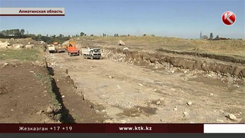 В Алматинской области артефакты и останки древних людей смешали с грязью