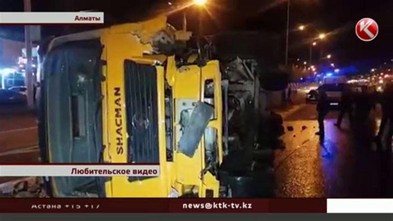 Без тормозов: китайский грузовик снес в Алматы четыре автомобиля