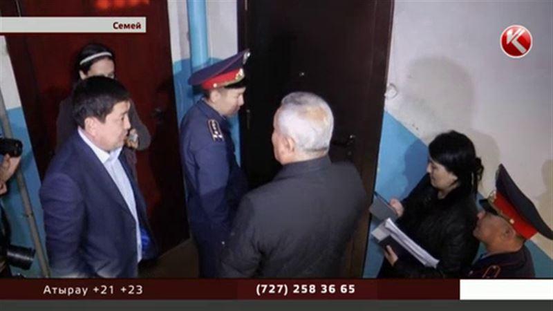 Аким Семея предложил забирать у должников входные двери и сам отправился в рейд