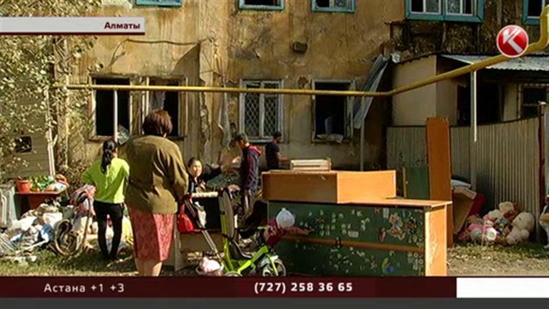 В Алматы сгорела ветхая двухэтажка, люди остались ни с чем