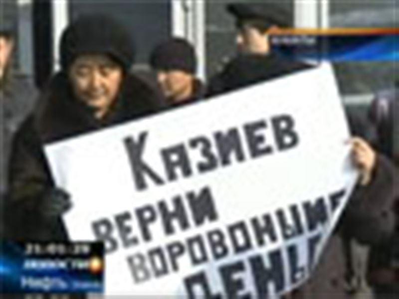 В Алматы рабочие одной из строительных компаний пытались штурмом взять офис своего предприятия