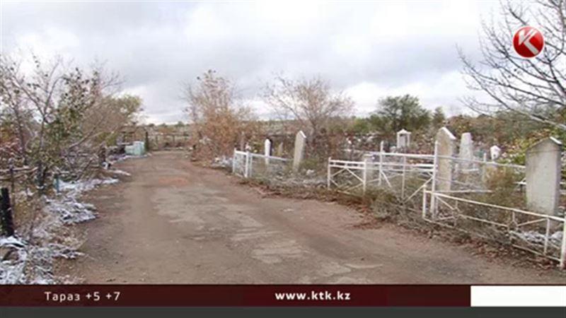 В Темиртау вандалы устроили настоящее нашествие на кладбище