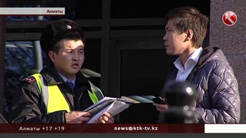 В Алматы неизвестные напали на мужчин, выходивших из банка
