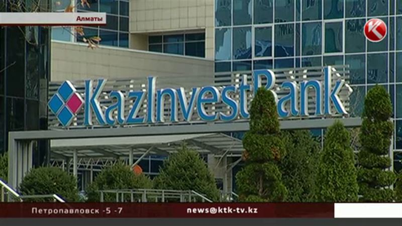 Двум казахстанским банкам запретили принимать деньги у населения