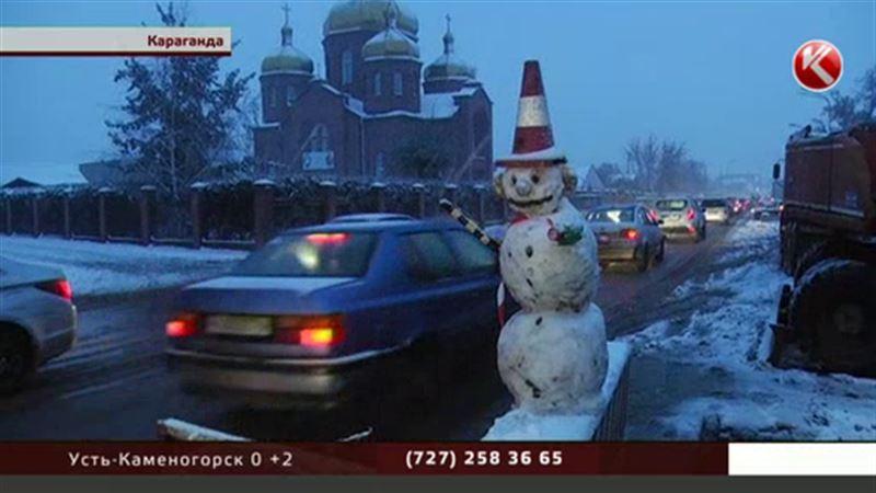 Карагандинские коммунальщики вылепили снеговика-регулировщика