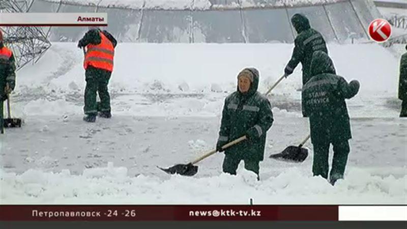 Снегопад в Алматы стал испытанием и для водителей, и для пешеходов