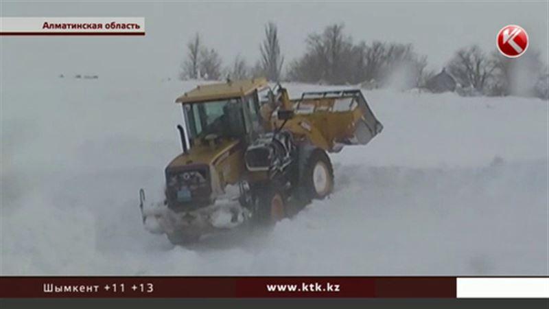 Блокада из-за снегопада: села Алматинской области завалило, у жителей заканчиваются продукты