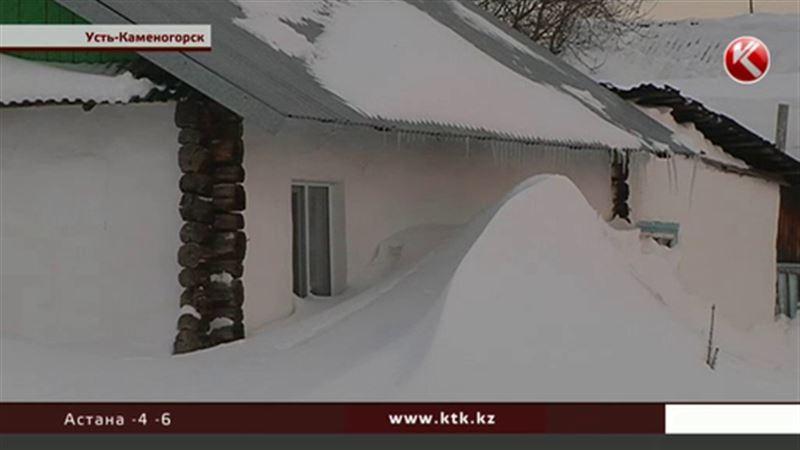 Снегопад в Усть-Каменогорске: перестали ходить трамваи, люди не смогли выйти из домов