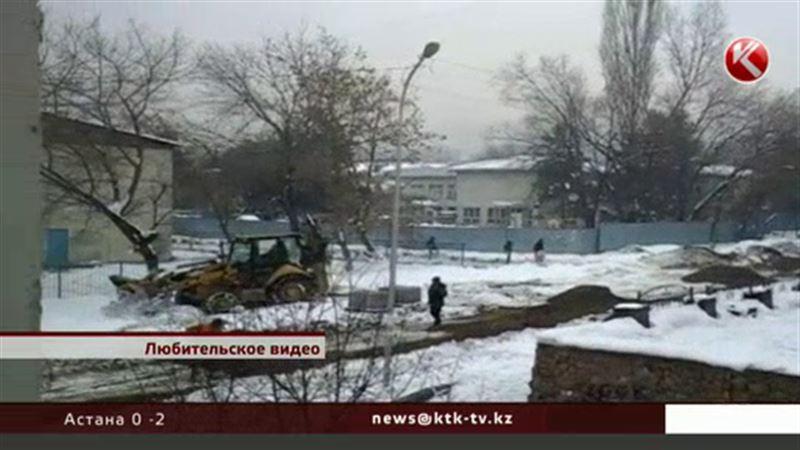 Перед праздником в Алматы асфальт решили уложить прямо в грязь