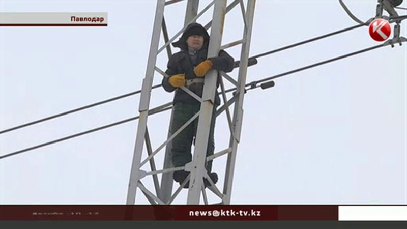 В Павлодаре 40-летний житель залез на опору ЛЭП