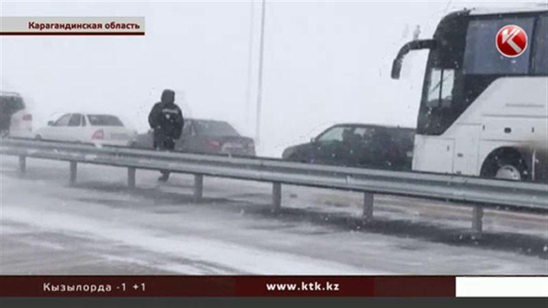 На трассе Караганда - Астана спасатели выстроились в живой коридор