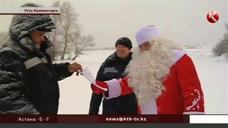 Спасатели облачились в костюм Деда Мороза, чтобы перевоспитать рыбаков