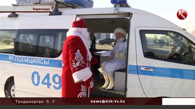На улицы Караганды вместо полицейских вышли Снегурочки и Деды Морозы