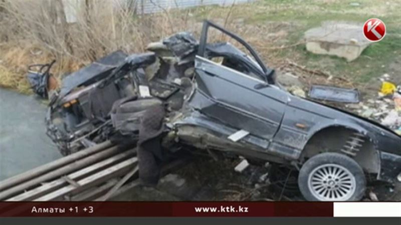 От удара автомобиль сложился пополам - жуткое ДТП в Таразе