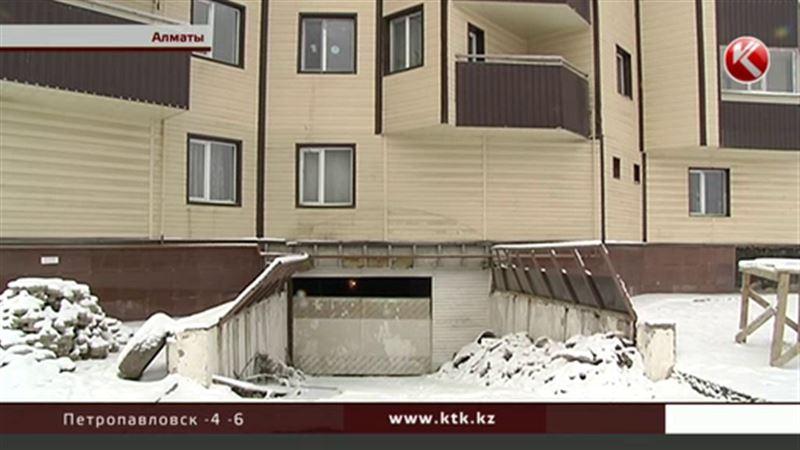 Жильцы алматинской многоэтажки подозревают, что их дом накреняется