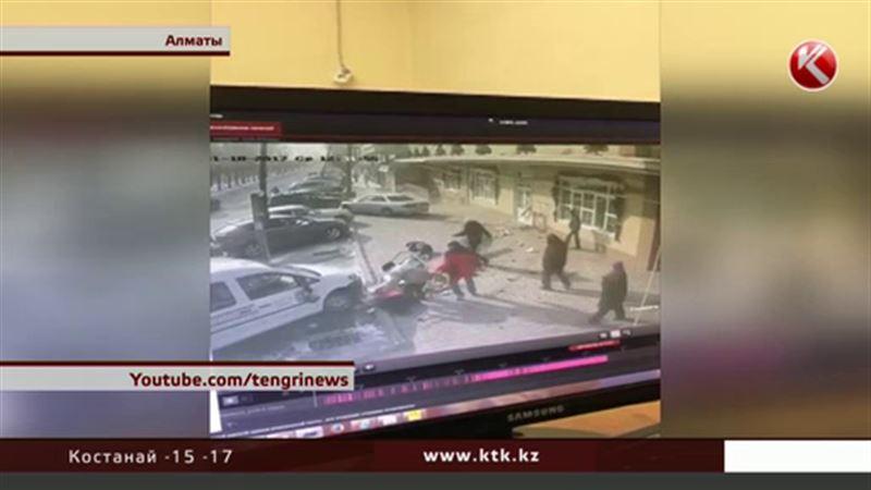 В Алматы автомобиль сбил двух пешеходов и врезался в магазин