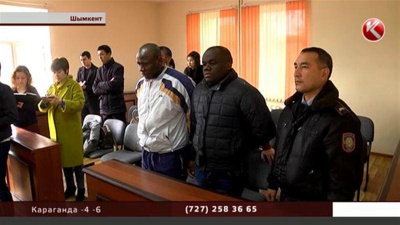 Двух аферистов из Нигерии посадили в ЮКО за то, что они «отбеливали» доллары
