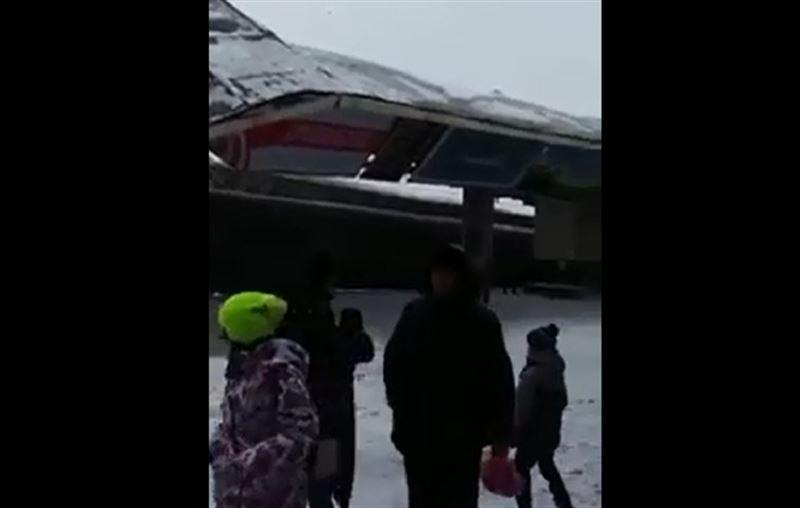 ЧП в Астане: на поезд рухнул навес перрона